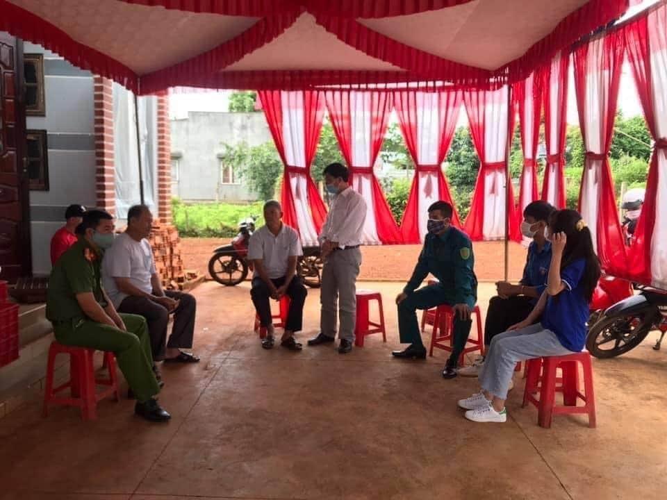 Chính quyền vận động gia đình thực hiện lệnh giãn cách xã hội trong đám cưới. Ảnh từ Facebook