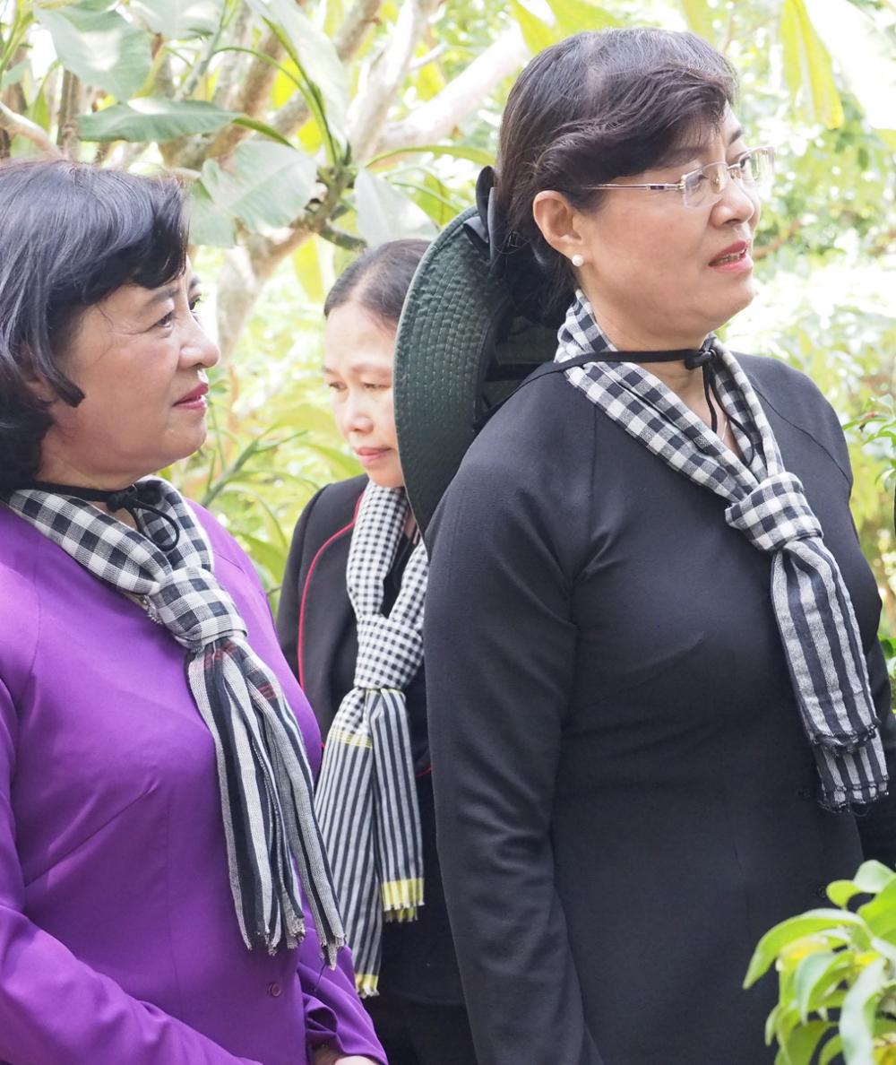 Hai nguyên Trưởng ban Tuyên giáo Thành ủy Nguyễn Thị Quyết Tâm và Thân Thị Thư trong chuyến về nguồn tại Côn Đảo