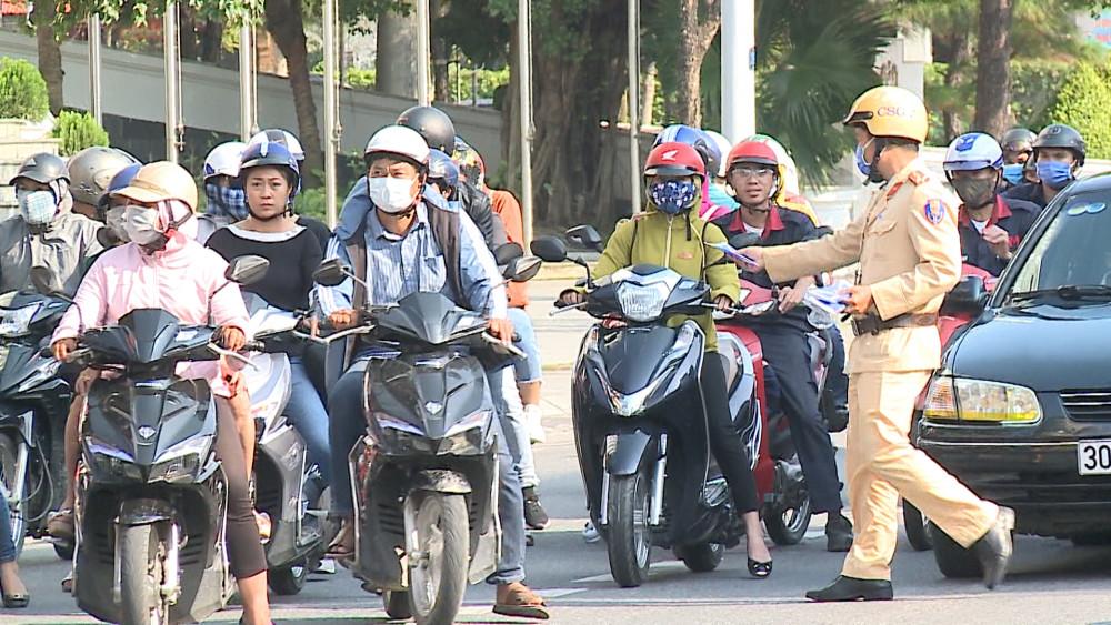 Lực lượng CSGT công an TP. Huế cấp phát khẩu trang miễn phí cho người đi đường