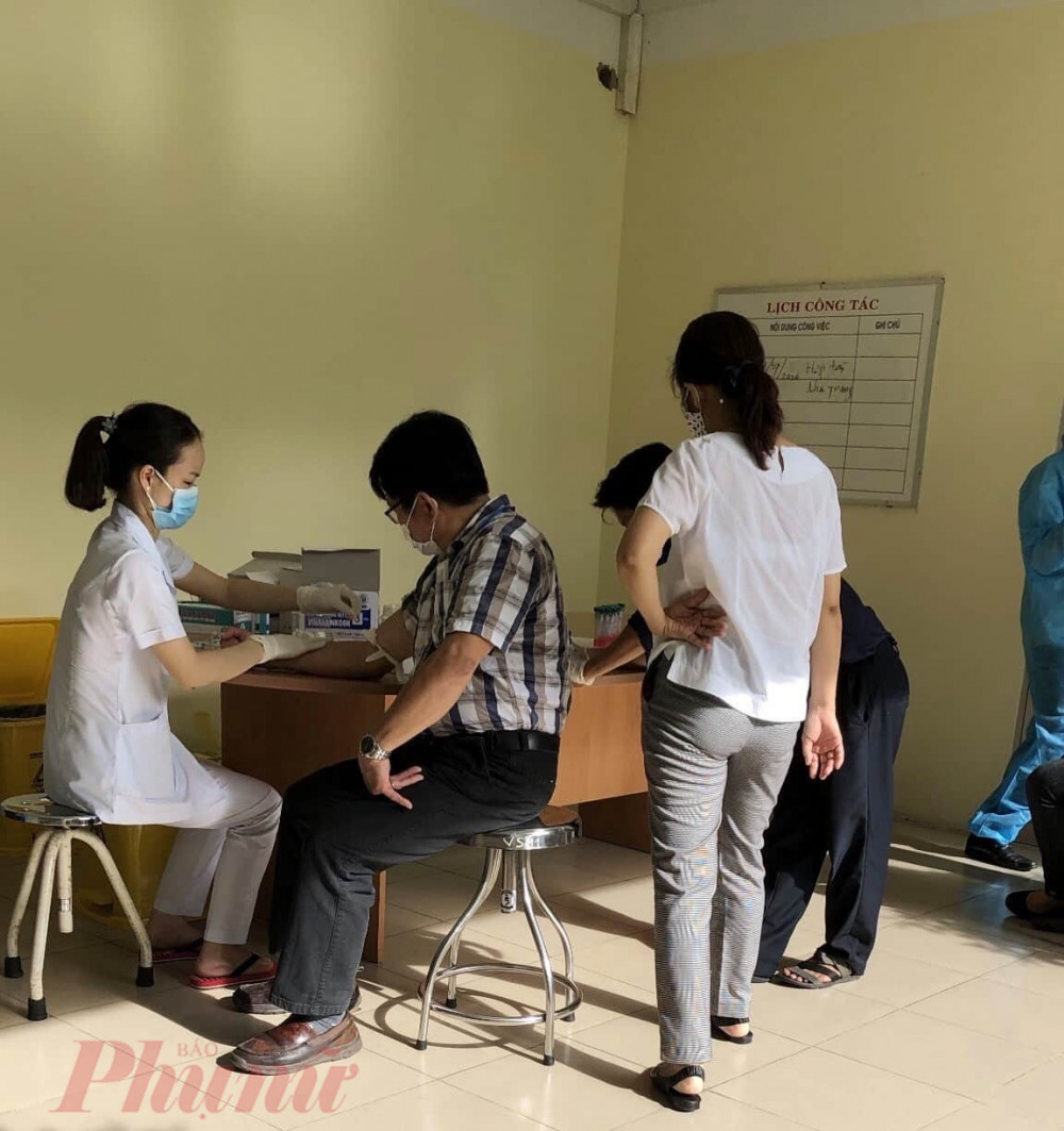 Nhân viên y tế tiến hành lấy mẫu xét nghiệm