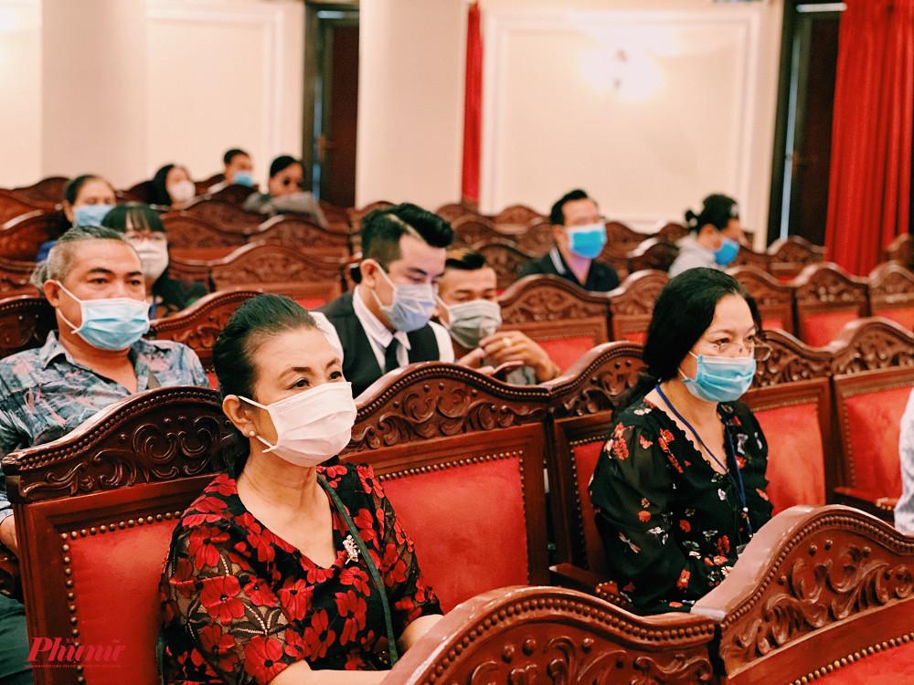 Do dịch bệnh nên các nghệ sĩ tham dự đều ngồi giãn cách, đeo khẩu trang