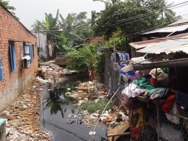 Nhiều nhà ven kênh rạch ở quận 8 chưa di dời do chậm xác định ranh hành lang bị ảnh hưởng. Ảnh: H.N
