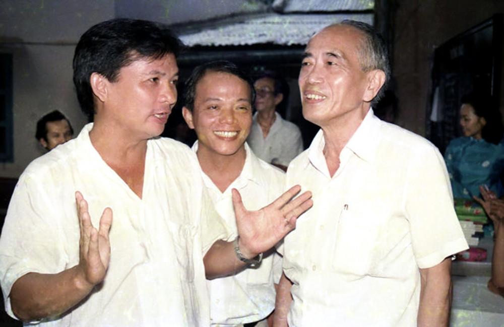 Ông Dương Đình Thảo đang lắng nghe và trao đổi với các nhà báo
