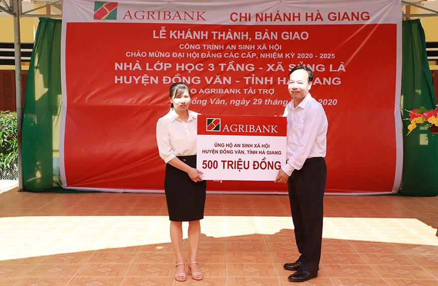 Đồng chí Phạm Hồ Bắc - Phó chủ tịch thường trực Công đoàn Agribank tặng kinh phí hỗ trợ công tác giáo dục cho Huyện Đồng Văn
