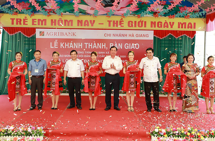 Đại diện tỉnh Hà Giang và Agribank dự lễ cắt băng khánh thành các công trình. Ảnh: Agribank