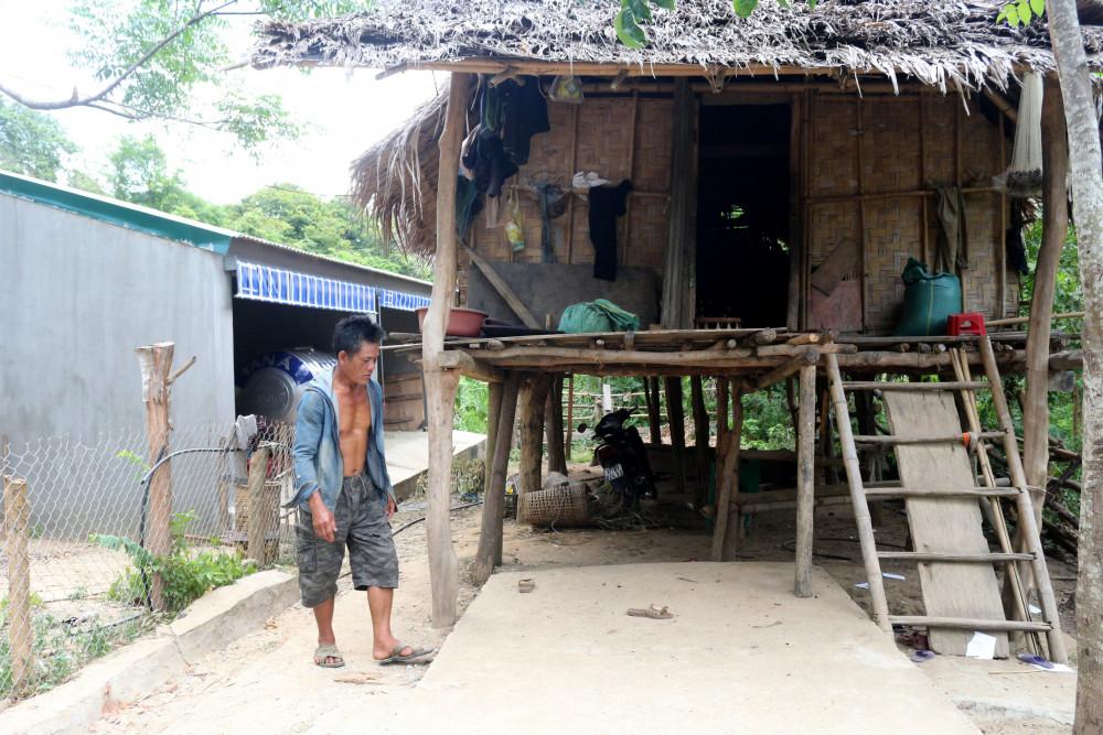 Một số người dân Ơ Đu vẫn ở nhà tranh ngay cạnh những chuồng bò hạng sang được tài trợ gây xôn xao dư luận