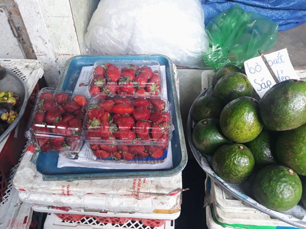 Dâu được người bán cam kết ở Đà Lạt đóng thành hộp bán ở chợ Bà Chiểu (Bình Thạnh). Ảnh: Quốc Thái