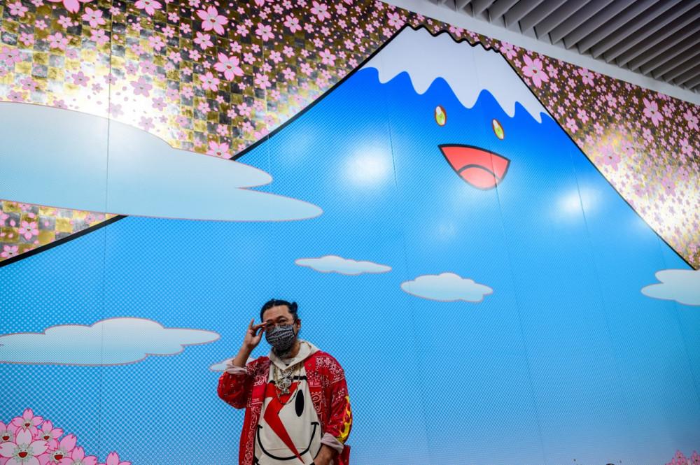 Takashi Murakami đứng trước bức tranh do mình thực hiện.