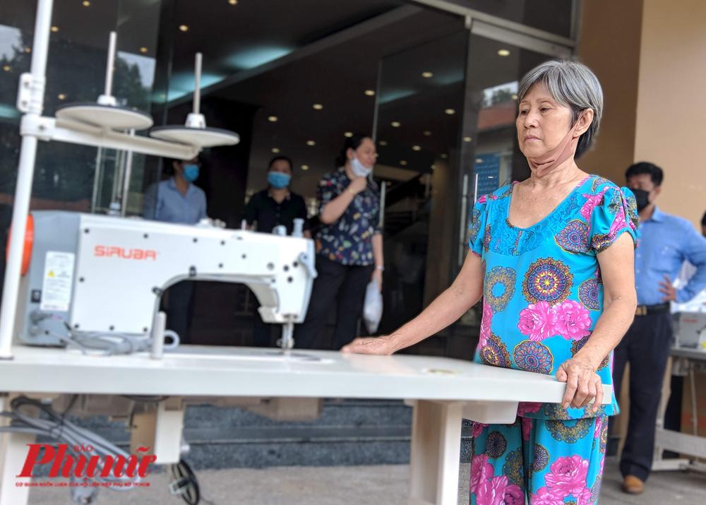 Bà Thủy được cho chiếc máy may công nghiệp mới tinh