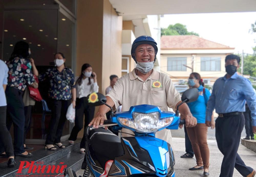 Ông Đặng Thanh Vân với chiếc xe máy mới được cho, kết thúc chuỗi ngày chung thủy với con xe Hàn Quốc từ năm một chín lâu lắc