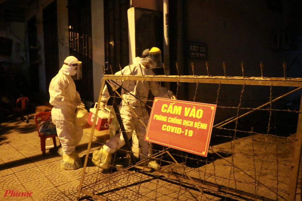 Tối 31/7 tại khu vực kiệt 121 đường Bùi Thị Xuân xuất hiện khá đông các nhân viên Y tế và công an