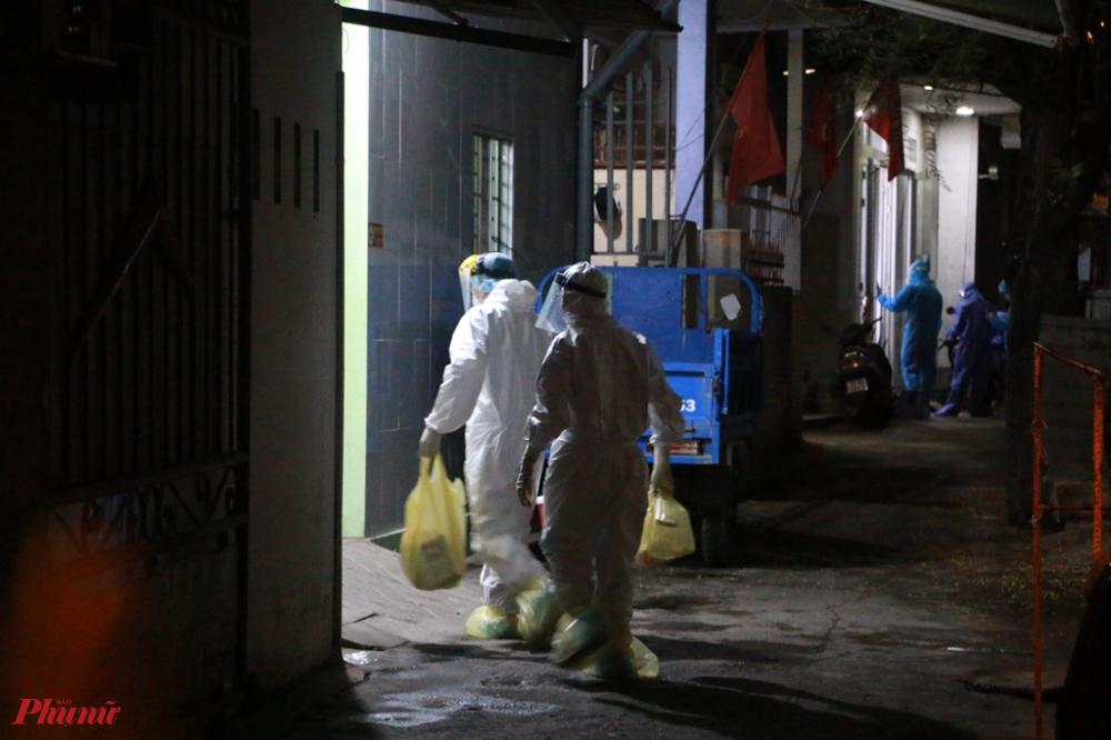 Phía bên trong nhân viên Y tế tỏa ra các nhà để  thực hiện phun thuốc khử khuẩn và kê khai y tế