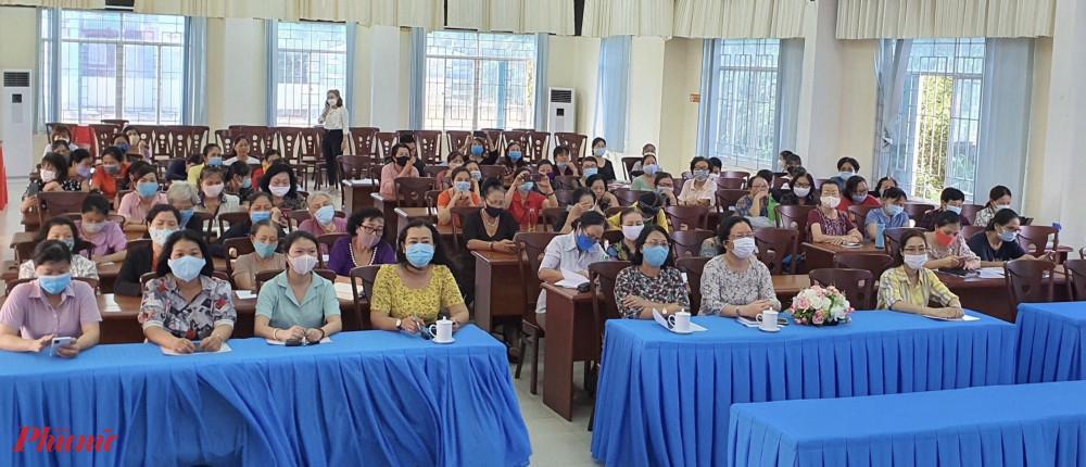 Cán bộ hội viên phụ nữ tham gia buổi tuyên truyền giáo dục pháp luật