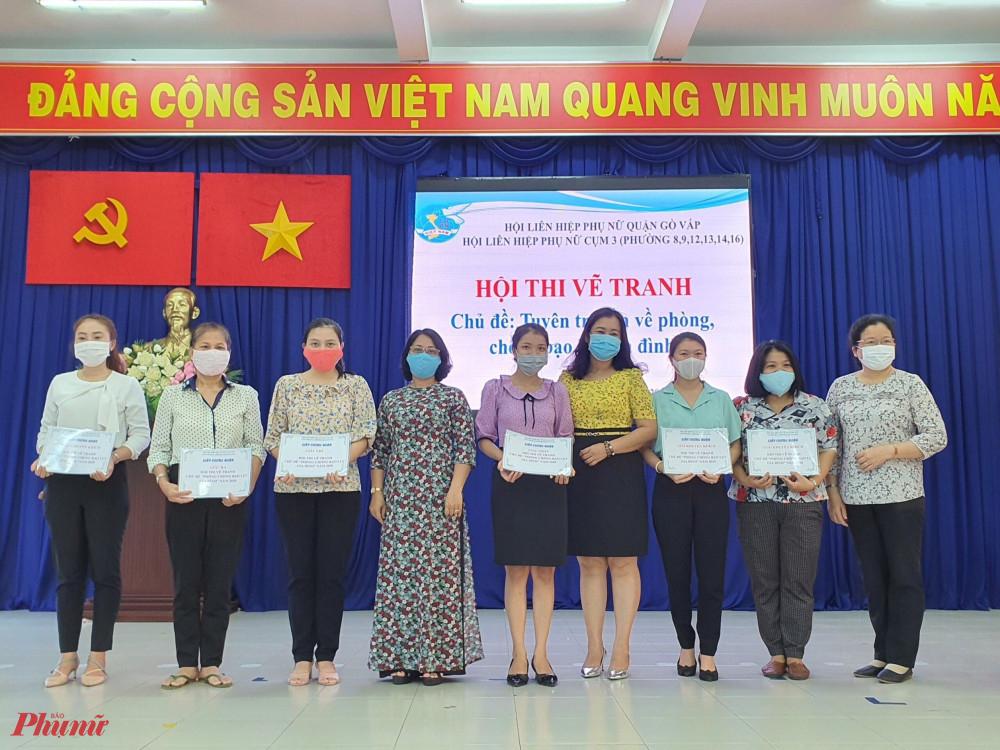Trao giải cho các đơn vị Hội đạt giải hội thi vẽ tranh chủ đề Phòng, chống bạo lực gia đình
