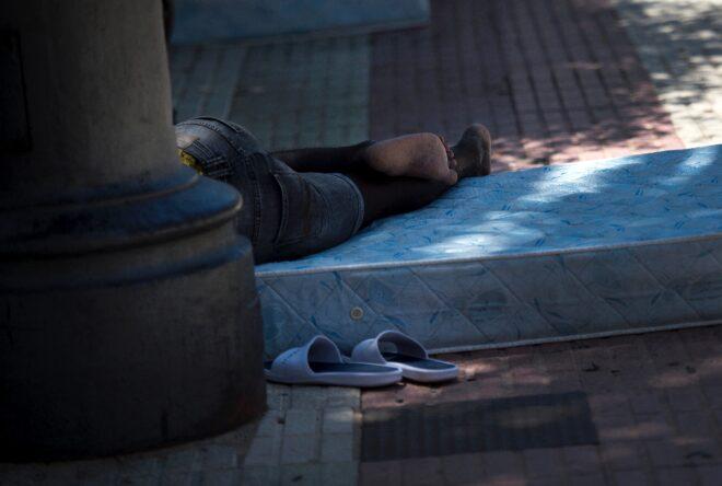Tòa thị chính đã đề nghị quân đội dựng một trại dã chiến trên một mảnh đất công nghiệp, nhưng quân đội từ chối vì mùa hè nắng nóng khắc nghiệt - Ảnh: AFP