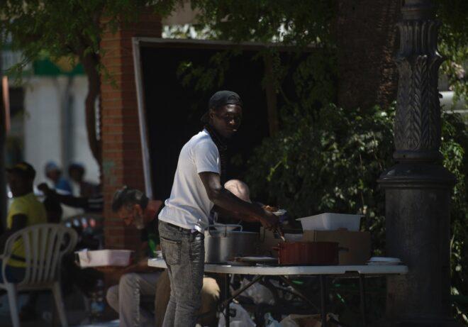 Công nhân thời vụ tại Lepe sống trong những căn nhà ván không có điện, nước - Ảnh: AFP