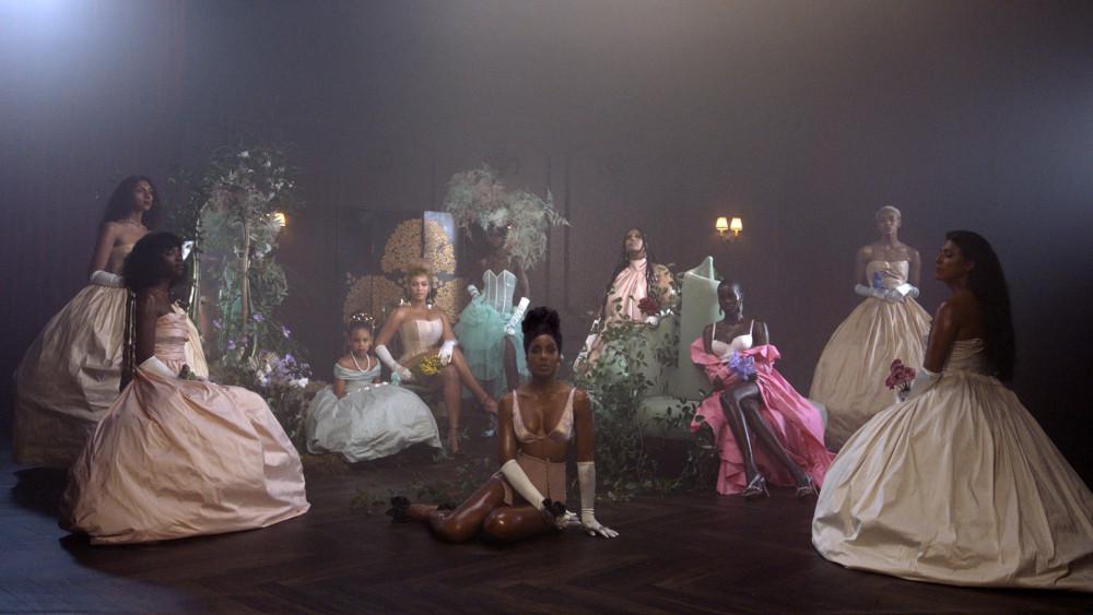 Nhiều người nổi tiếng cùng xuất hiện trong dự án của nữ ca sĩ.