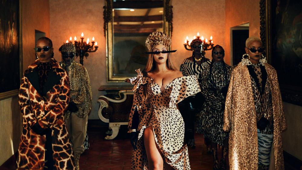 Trang phục trong dự án do stylist Zerina Akers phụ trách.