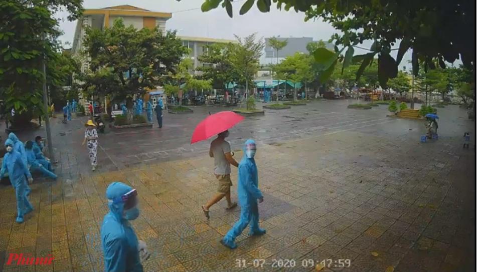Đà Nẵng đang tiến hành lấy hơn 2.700 mẫu xét nghiệm đối với người dân trong khu vực phong tỏa cạnh Bệnh viện Đà Nẵng