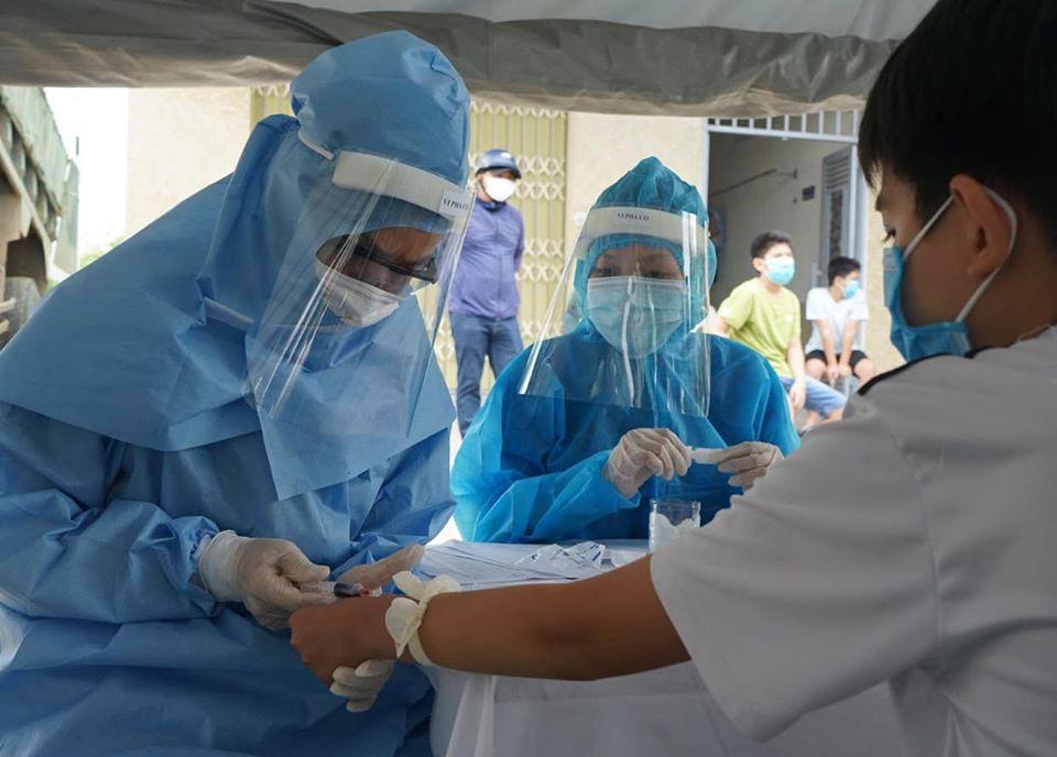 Lãnh đạo Trung tâm Y tế dự phòng quận Liên Chiểu cho biết, trong ngày 1/8 khoảng 1000 mẫu máu của người dân 2 tổ 58 và 59, phường Khánh An được lấy để xét nghiệm COVID-19.