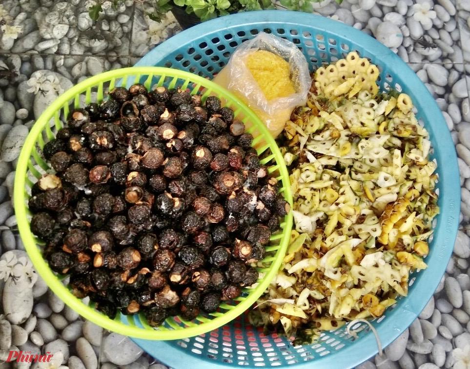 Bồ hòn, vỏ dứa và các loại vỏ trái cây khác được rửa sạch, ngâm trong can hay hũ nhựa hoặc bình thủy tinh... cùng với đường vàng