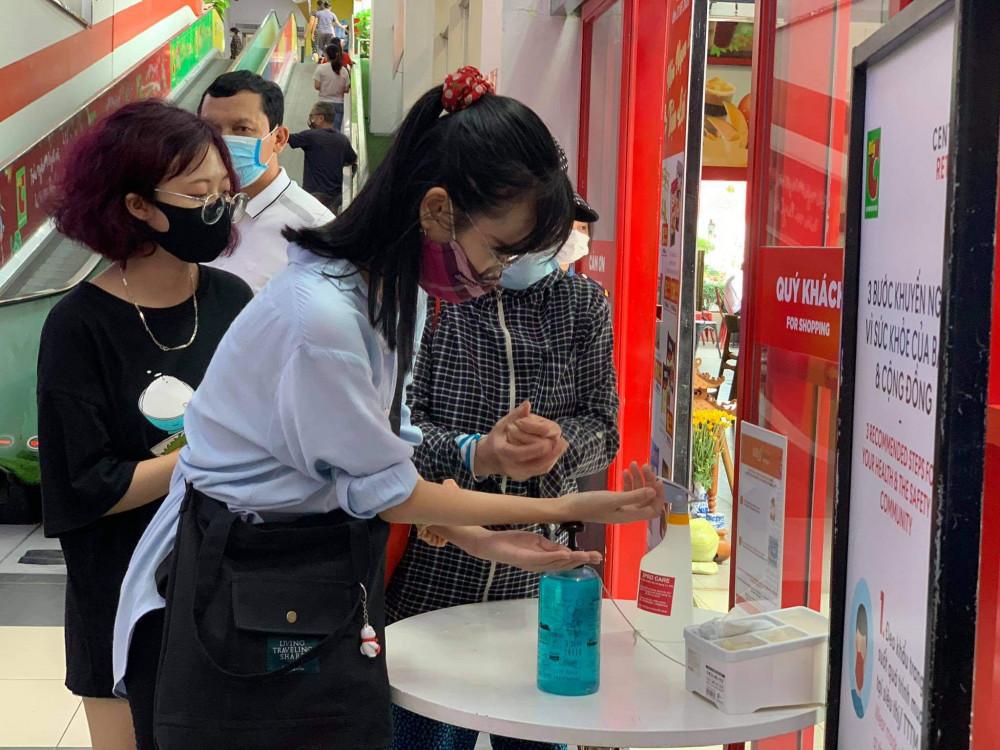 Cửa siêu thị cũng đặt sẵn một quầy để nước rửa tay.