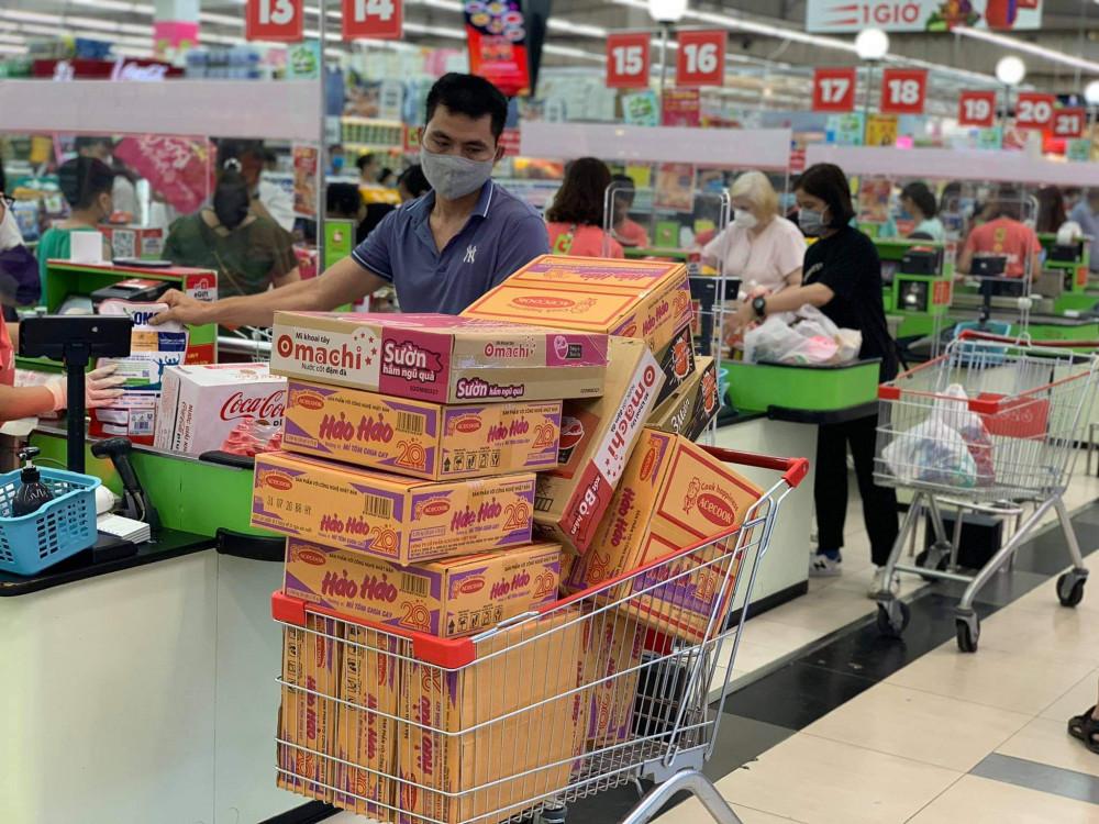 Qua ghi nhận cho thấy cũng có nhiều người mua tích trữ mỳ tôm.