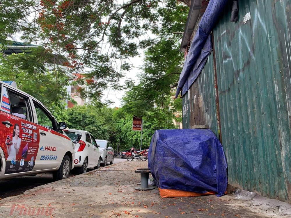 Theo ghi nhận của phóng viên, tại phố Trung Yên (Trung Hòa, Cầu Giấy, Hà Nội), nhiều quán nước vỉa hè đồng loạt dừng hoạt động, các gian hàng được người dân quây kín bằng bạt.