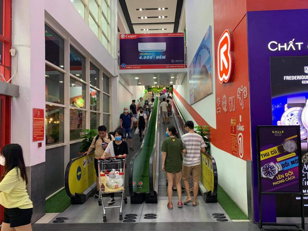 Còn tại một số siêu thị lớn như BigC, lượng khách đến mua hàng cũng hạn chế hơn mọi ngày.