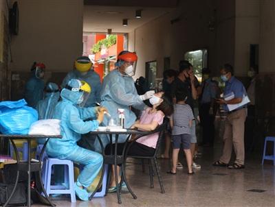 Người dân chung cư Thái An 2B được lấy mẫu xét nghiệm