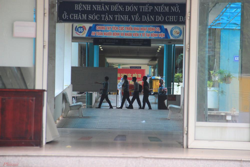 Các chuyên gia của Bệnh viện Bạch Mai đang khảo sát bên trong bệnh viện