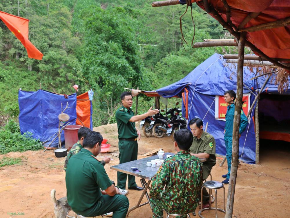 Sinh hoạt trong điều kiện không điện, không nước, thiếu thốn đủ thứ ở các chốt phòng chống dịch COVID-19, các chiến sĩ biên phòng Hà Giang ngày đêm bám biên để thực hiện nhiệm vụ. Ảnh: Trương Thuý Hằng.