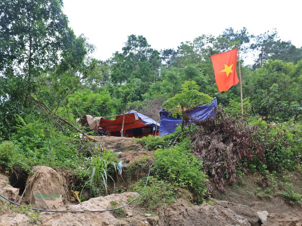 Chốt gác đơn sơ của bộ đội biên phòng ở đường mòn biên giới trong những ngày chống dịch COVID 19. Ảnh: Trương Thuý Hằng.