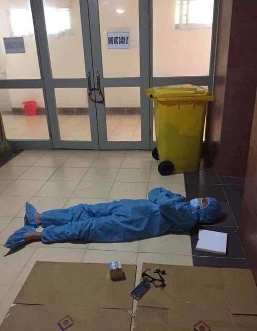 Nhân viên y tế ngủ trên hành lang bệnh viện trong bộ áo quần phòng hộ. Thương giấc ngủ vội vàng của người tuyến đầu, khi mọi người ngon giấc trên chiếc giường quen thuộc tại nhà. Ảnh từ Facebook.
