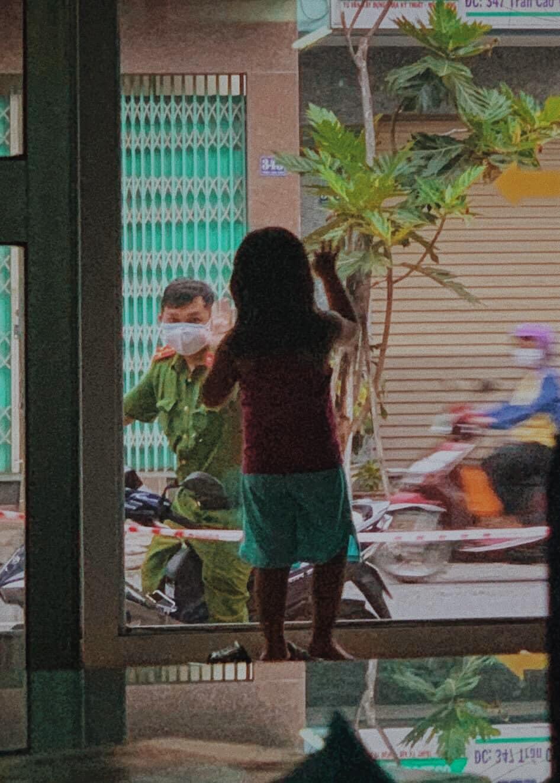 Hình ảnh bé gái vẫy tay tạm biệt, để ba tiếp tục đi làm nhiệm vụ khiến nhiều người rưng rưng. Ảnh từ Facebook.
