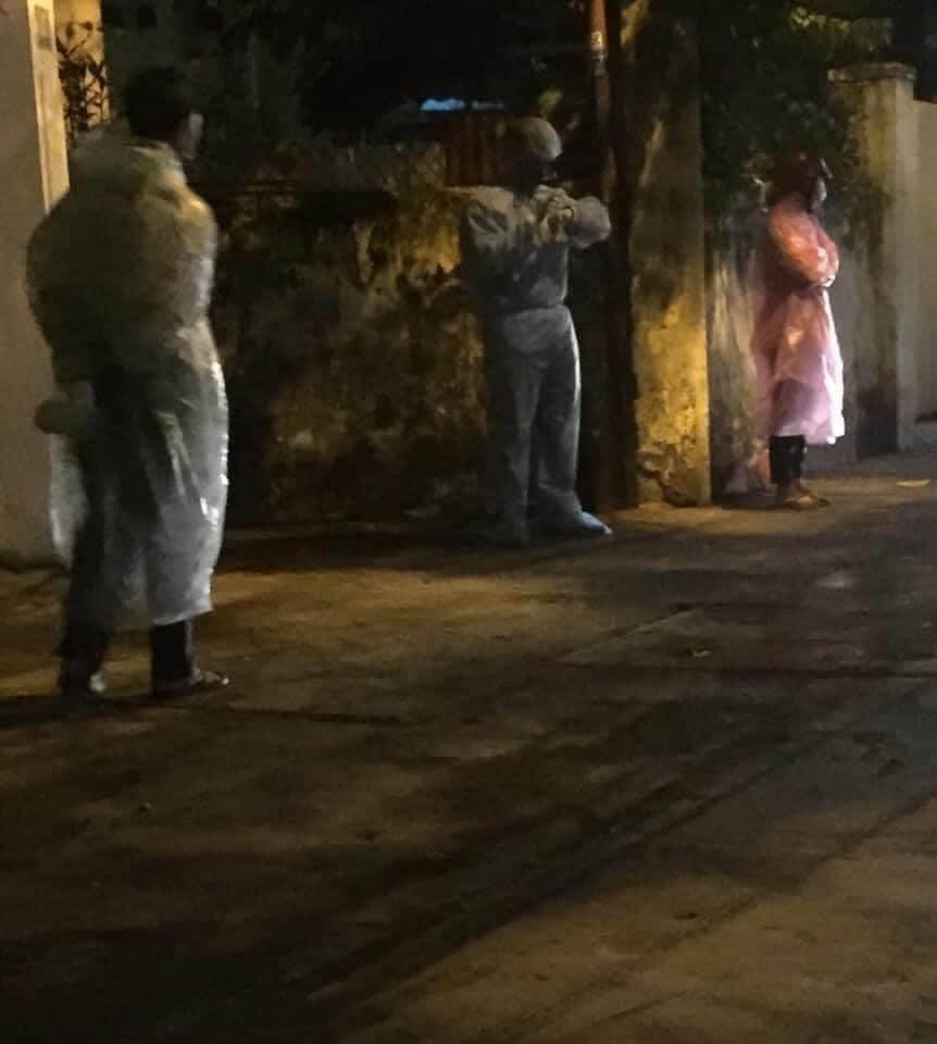 Do xe chuyên dụng chở bệnh nhân bị quá tải, họ phải đứng chờ xe giữa trời mưa, trong nhiều giờ. Đến tối mịt vẫn chưa có xe đến đón, họ đã chờ trong mưa khoảng 4 giờ đồng hồ. Hình ảnh được một người dân ghi lại và chia sẻ lên mạng xã hội Facebook.