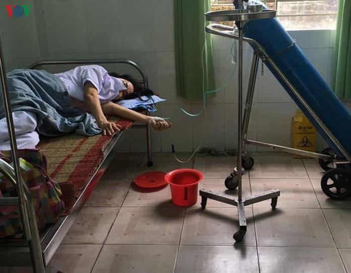 Hình ảnh một nhân viên y tế ở Đà Nẵng làm việc quá sức phải thở oxy mới thấy sự hy sinh của những người ở tuyến đầu chống dịch vô cùng lớn. Theo thông tin, nhân viên y tế ở Trạm Y tế phường Hoà Minh do làm việc quá sức để khoanh vùng phòng chống dịch COVID 19 dẫn đến kiệt sức.
