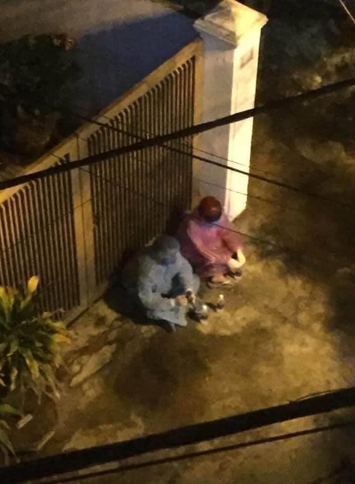 Ba cán bộ đội phòng chống dịch Đà Nẵng đến nhà đưa bệnh nhân COVID-19 đi điều trị. Ảnh từ Facebook.