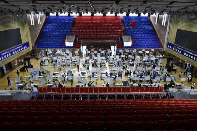 Hàng trăm người trẻ Trung Quốc tràn vào hội  chợ việc làm cuối tuần qua ở Trinh Châu - Ảnh: AFP