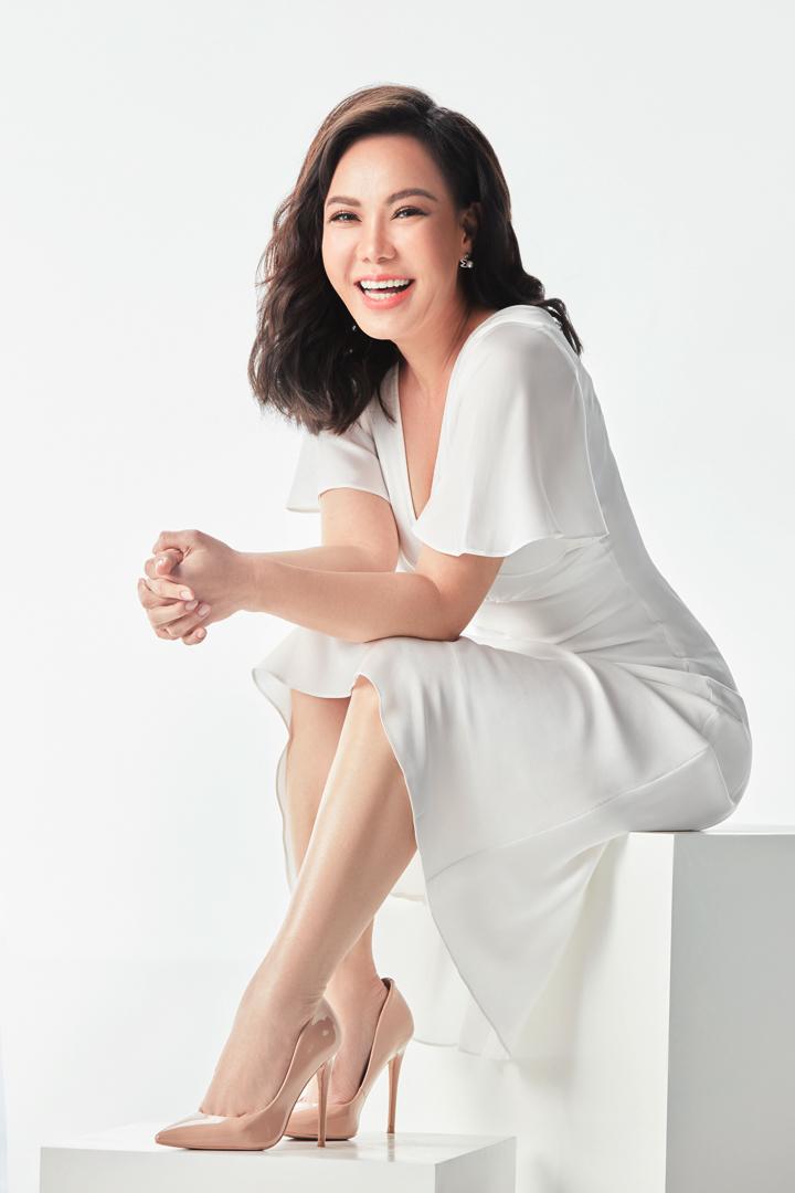 Cô cho biết mình theo đuổi hình tượng này cho phù hợp với bộ phim sắp ra mắt đồng thời cũng tạo cho mình một sự mới mẻ trong mắt khán giả. Mái tóc ngang lưng, chiếc váy trắng đơn giản với nụ cười đặc trưng có thể thấy được sự trẻ trung của Việt Hương dù cô đã hơn 40 tuổi. Hình ảnh một người phụ nữ thành đạt, viên mãn và chú ý vào bản thân cũng