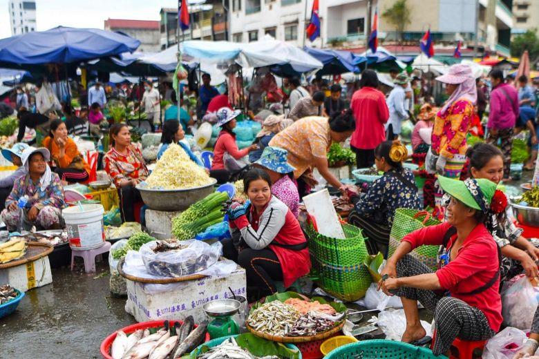Phụ nữ Campuchia buôn bán ở chợ. Ảnh: AFP