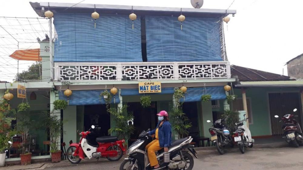 Quán cà phê Mắt Biếc ở phố cổ Bao Vinh - nơi cả ba bệnh nhân đã đến uống cà phê. Ảnh: Thuận Hóa