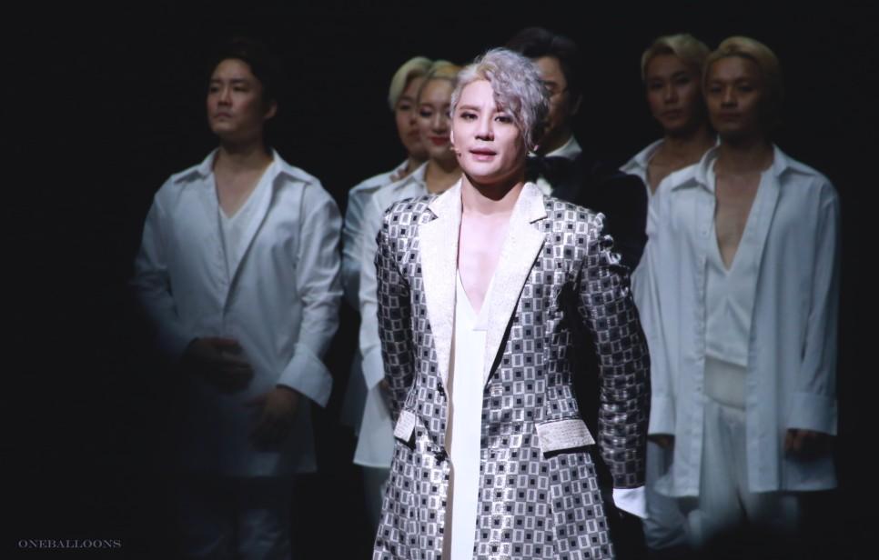 Kim Jun-su trên sân khấu nhạc kịch.