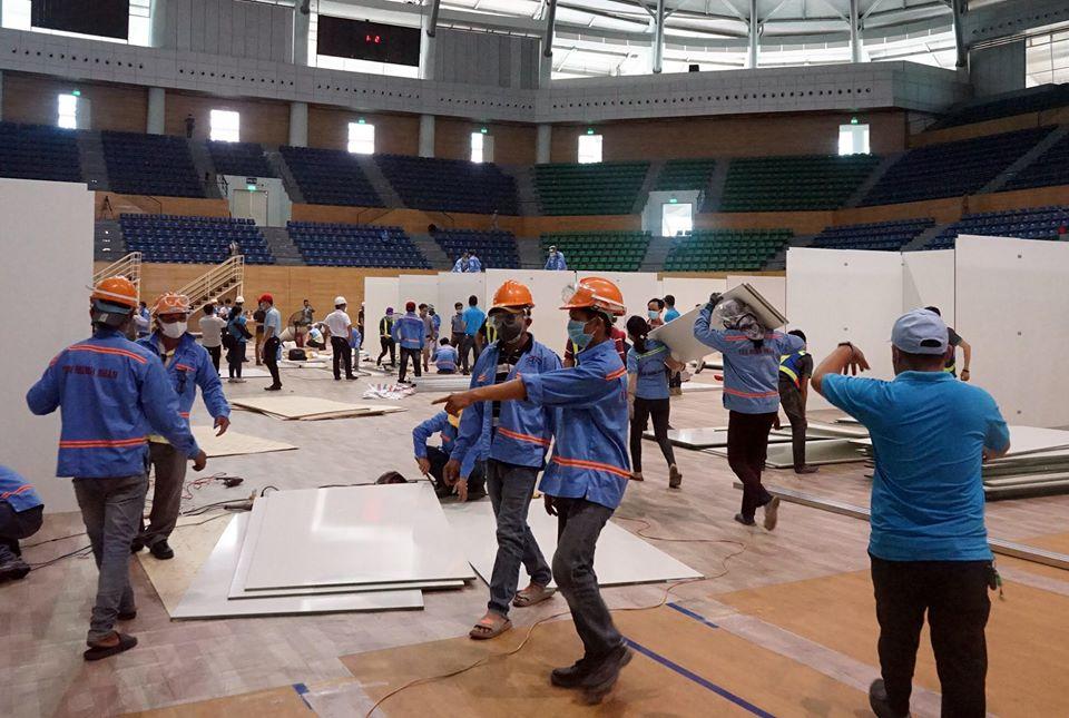 Trưa 2/8,hàng trăm công nhân của một đơn vị thi công tại Đà Nẵng đang gấp rút thực hiện hàng loạt công việc để xây dựng cơ sở điều trị COVID-19 tại Cung thể thao Tiên Sơn (quận Hải Châu, TP.Đà Nẵng) tất cả đều làm việc theo tinh thần trách nhiệm, an toàn và thần tốc.
