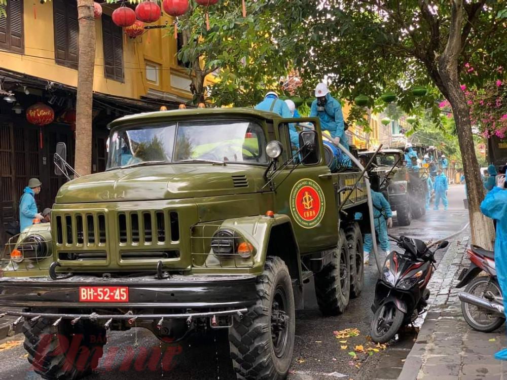 Quân đội tiến hành phun khử khuẩn thành phố Hội An từ sáng nay