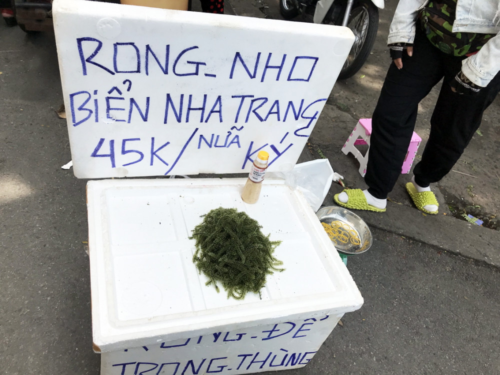 Rong nho bán tại chợ với giá 45.000 đồng/nửa ký, thấp hơn nhiều so với rong nho bán tại TP.Nha Trang, tỉnh Khánh Hòa - Ảnh: Quốc Thái