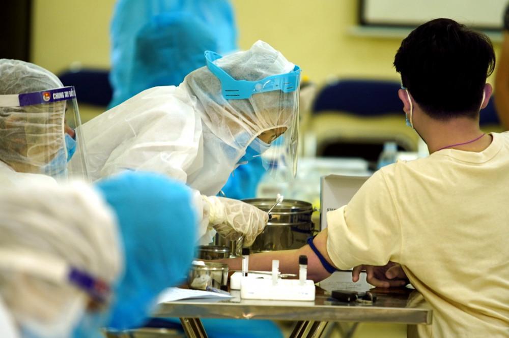 Các địa phương đang dốc sức tăng năng lực xét nghiệm và truy vết bệnh nhân mắc COVID-19 để khoanh vùng, dập dịch - Ảnh: An Vũ
