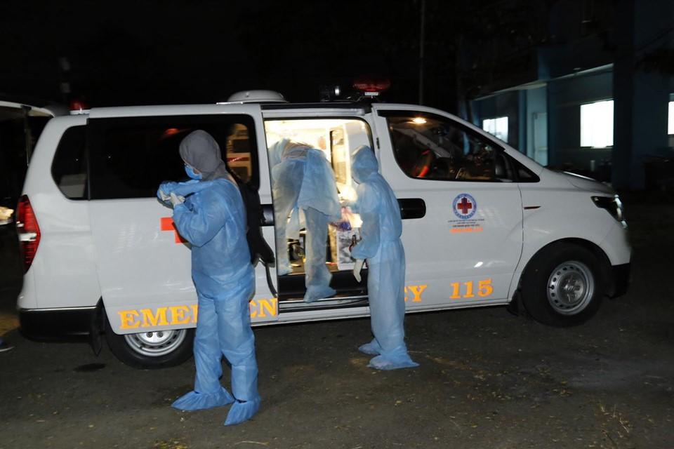 Nhân viên y tế đến Bệnh viện Điều trị COVID-19 huyện Cần Giờ.