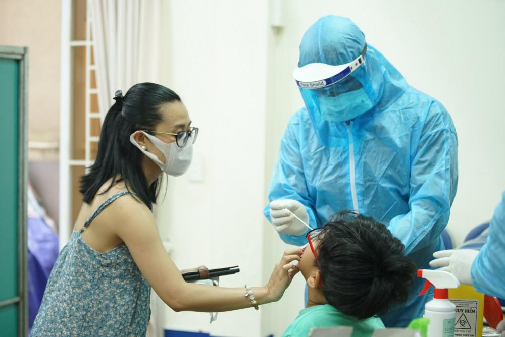 Nhân viên y tế lấy mẫu xét nghiệm tầm soát COVID-19 tại quận 2, TPHCM