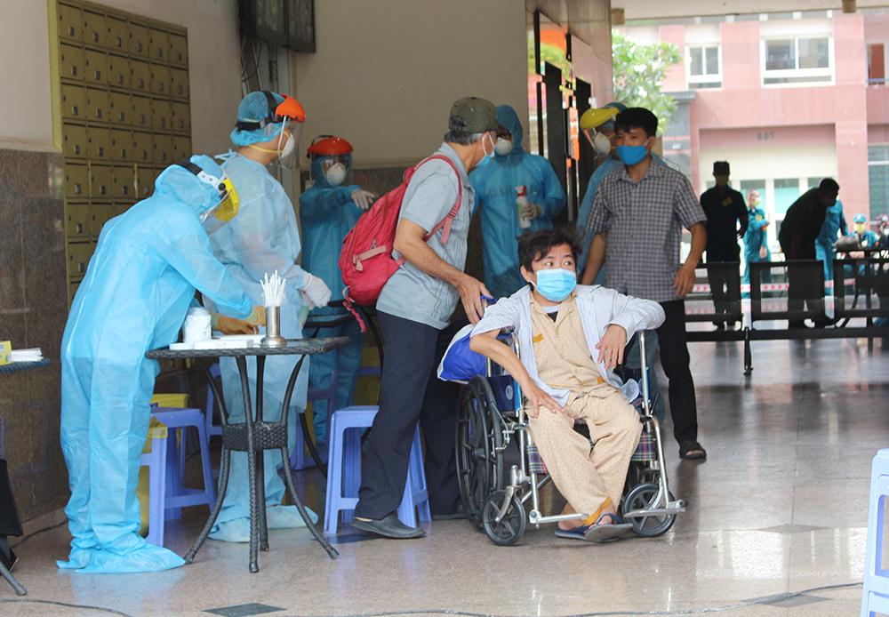 Nhân viên y tế lấy mẫu xét nghiệm COVID-19 tại chung cư Thái An 2
